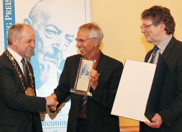 OB Klaus Jensen gratuliert den Transfair-Vertretern Dieter Overath (M.) und Heinz Fuchs (r.)