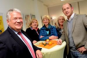Li.: Thomas Antkowiak (Misereor),  NEWI-Vorstand, Promotorin Gisela Welbers (Mitte)